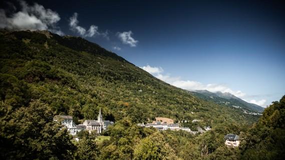 Vue de Saint-Sauveur depuis l'ancienne route de Gavarnie